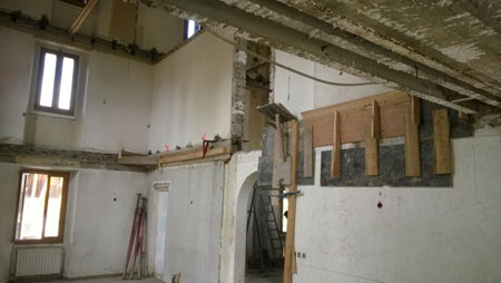 Vue côté ancien bâtiment - Préparation pour le coffrage de la nouvelle dalle en béton
